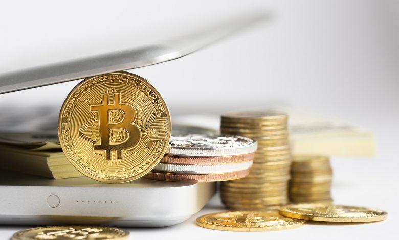Monety bitcoin i laptop